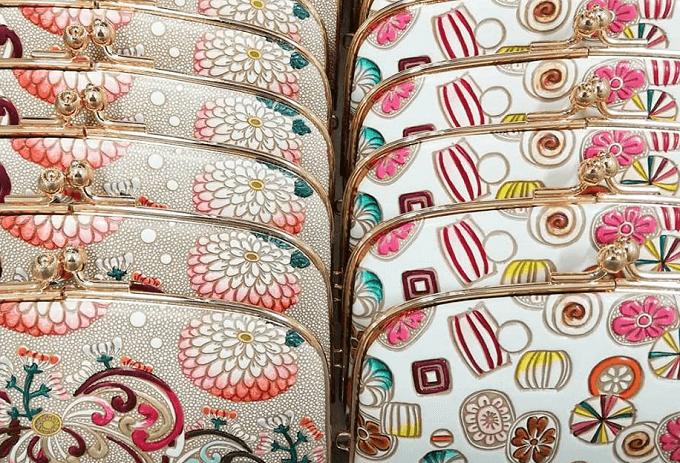 春におすすめ、「文庫屋大関」の華やかな柄の革財布が並んだ様子