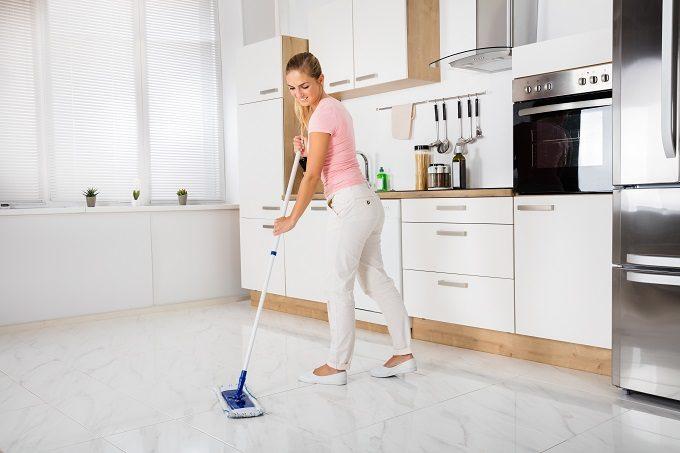 床を掃除する女性