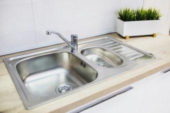 見えない汚れまでスッキリ。知っておきたい、キッチン排水口の簡単な掃除方法