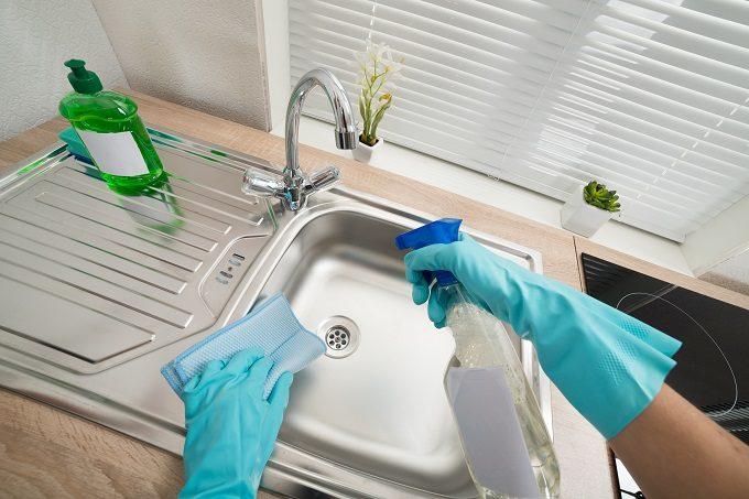 ゴム手袋をつけてシンクを掃除する様子