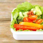 食卓やお弁当の彩りに。アレンジ自由自在の簡単&便利な野菜の作り置き<3選>