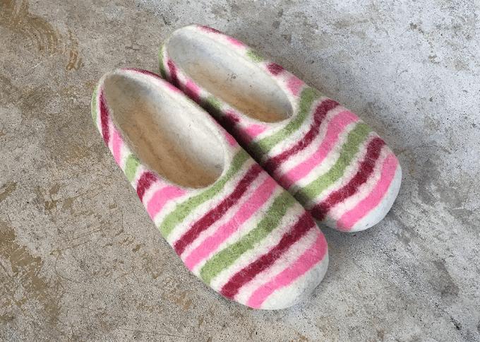羊毛フェルト100%の「チェベル」のカラフルなボーダーのルームシューズ