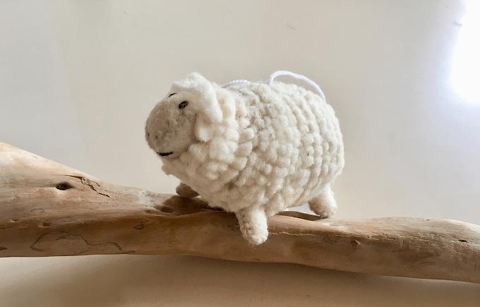 羊毛フェルトで作られた羊