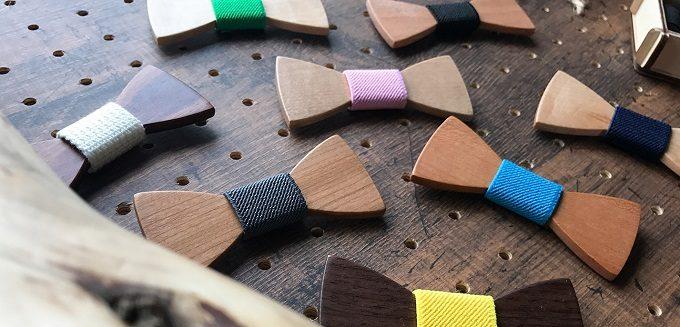 男性へのギフトにおすすめの「wood chocolate」の木の蝶ネクタイが並ぶ様子