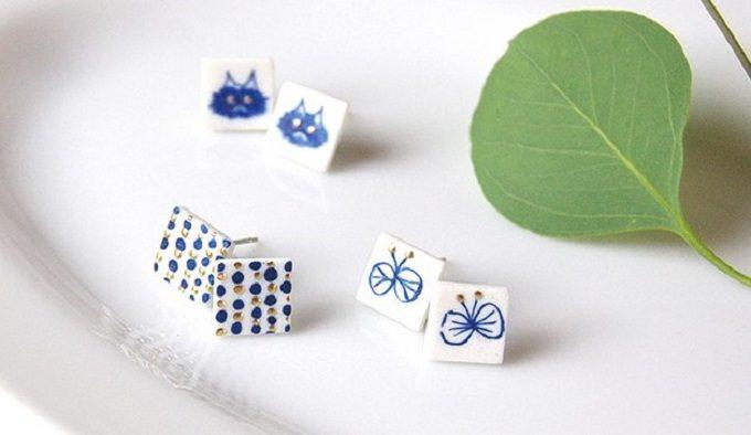 七窯社の「やきものアクセサリー」、猫や蝶の柄