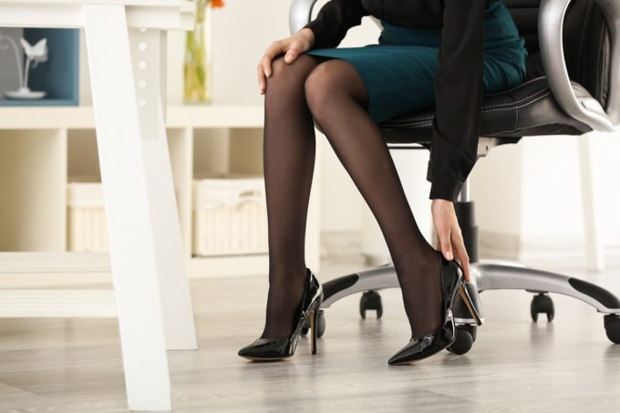 オフィスでの女性の足元