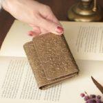 まるで真鍮のような艶のあるカラー。モリスデザインの美しい型押しミニ財布