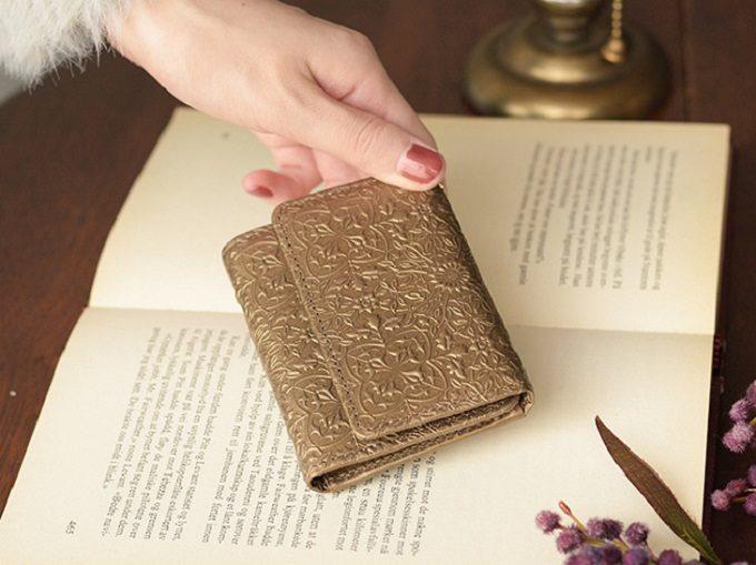「HIRAMEKI.」の美しい型押しミニ財布