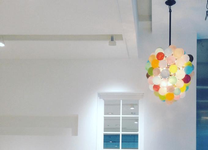 ガラス作家・イイノナホさんのカラフルなシャンデリアが飾られた部屋