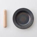 ハンドルを外したらお皿に変身。「つくる」と「たべる」がひとつになった鉄フライパン「ジュウ」