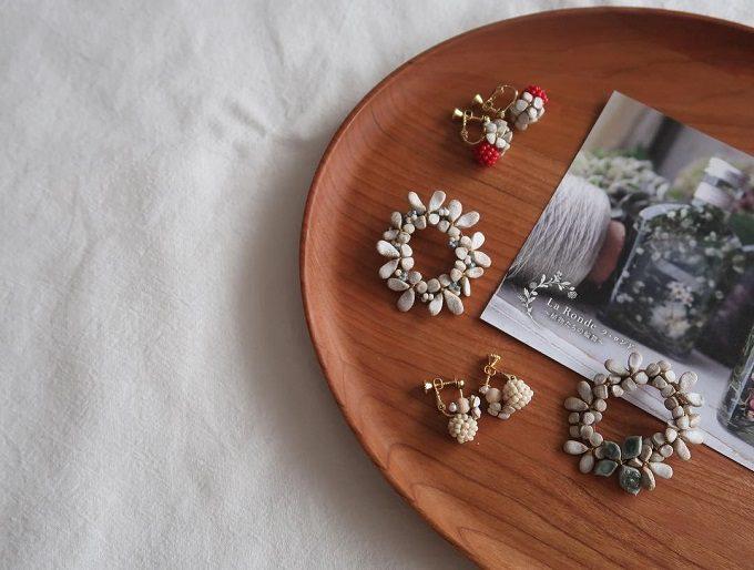 陶土を使ったシンプルで上品な「komeri」のアクセサリー、ブローチとイヤリング