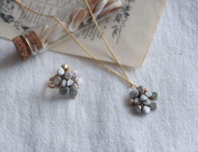 陶土を使ったシンプルで上品な「komeri」のアクセサリー、ネックレスとイヤリング