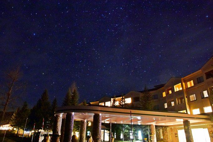 「裏磐梯(うらばんだい)グランデコ東急ホテル」の外観と星空