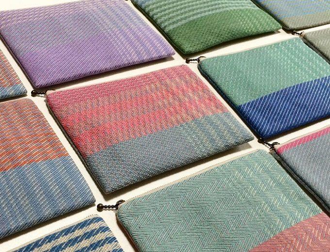 手織りの布で作られた「nagamori chika」のポーチが並んでいる様子