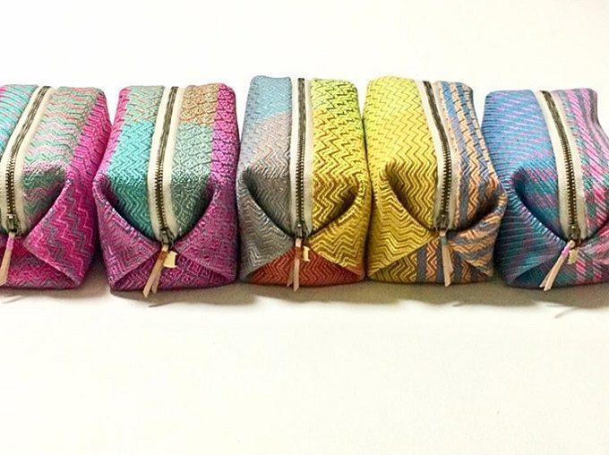 手織りの布で作られた「nagamori chika」のポーチ、キャラメル型