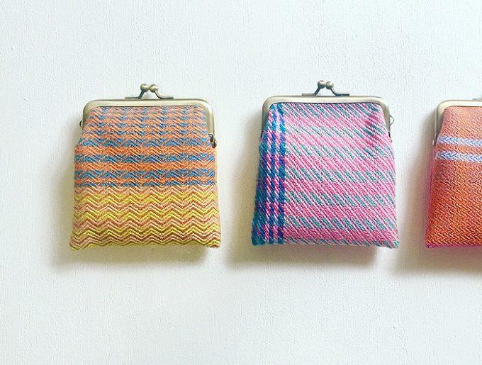 手織りの布で作られた「nagamori chika」のがま口