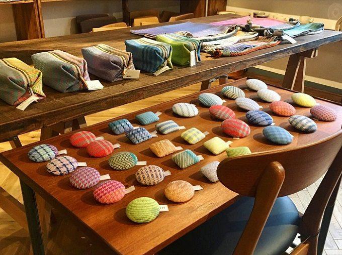 手織りの布で作られた「nagamori chika」のさまざまなアイテム