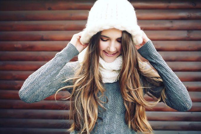 ニット帽をかぶる女性