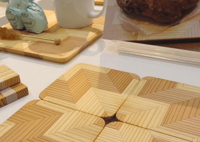 木目が美しい「YUI TABLE WEAR(ユイテーブルウェア)」のテーブルウェアが並んだ様子