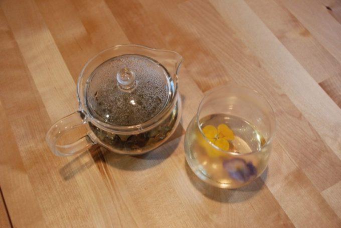 「87(ハナ)farm」のエディブルフラワーを使ったお茶