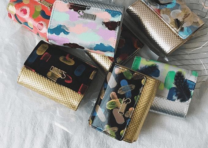 色鮮やかなペイントが施された「OMNES」のおしゃれな革財布、様々なバリエーション