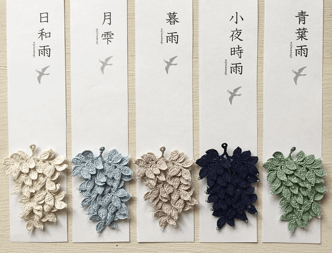 「雨 nijitsumugi(あめ にじつむぎ)」のレース編みイヤーアクセサリーとタグ