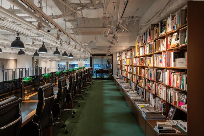東京の六本木にある本屋「文喫」の店内写真3