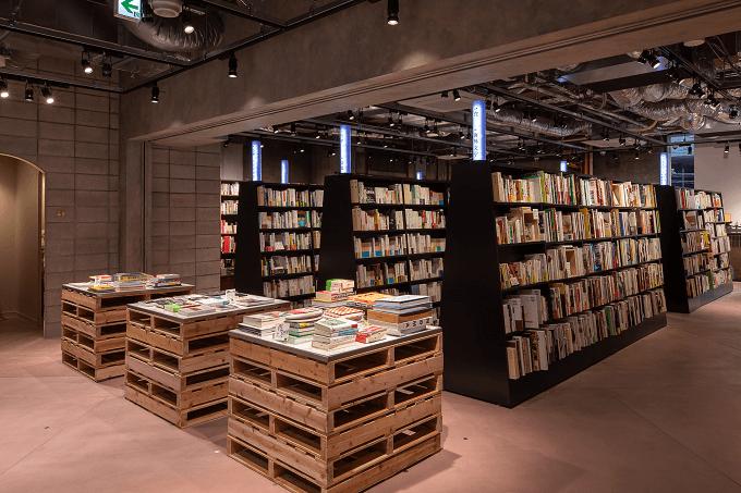 東京の六本木にある本屋「文喫」の店内写真2
