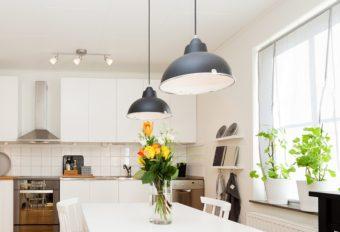 部屋が明るくなって省エネにも繋がる。重曹やエタノールを使った照明の掃除方法