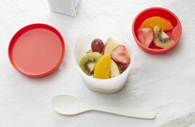 グラノーラをランチ用に持ち運べる「フルグラ® ランチカップ」にフルーツを入れた例