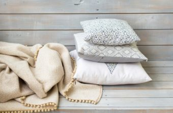 3ステップで簡単。キレイを保つためのクッションの正しい洗濯方法