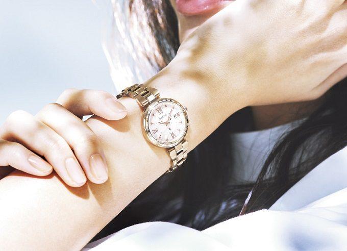 セイコー「LUKIA」の新色ソーラー電波腕時計の着画2