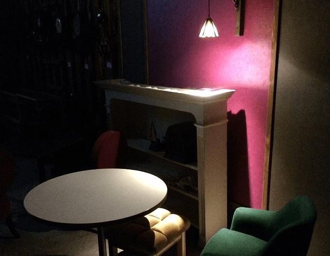 毎週土曜日に映画が上映される喫茶室「レガロビズ」の店内写真2