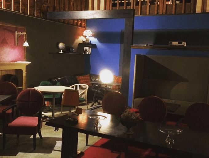 毎週土曜日に映画が上映される喫茶室「レガロビズ」の店内写真1