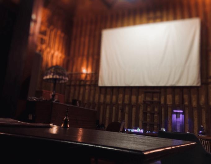 毎週土曜日に映画が上映される喫茶室「レガロビズ」、店内のスクリーン
