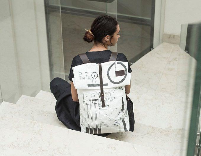 「Stiglo」のデザインバッグを背負っている女性1