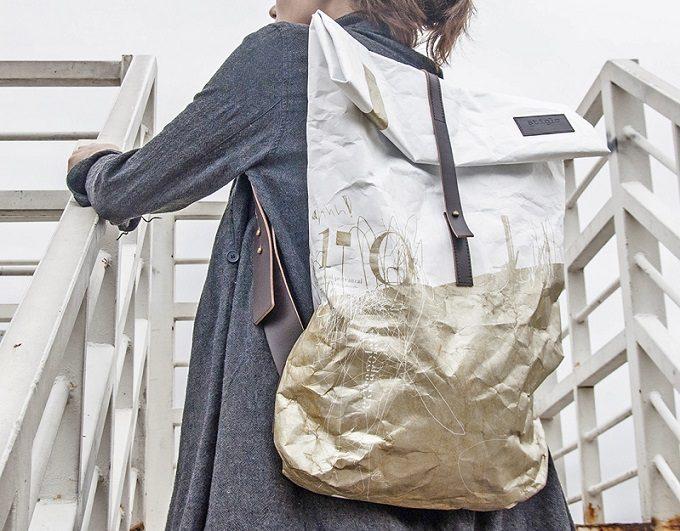 「Stiglo」のデザインバッグを背負っている女性2