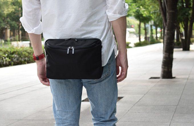スタイリッシュで機能的なウエストバッグ「SUKIMA bag」を身に着けている様子