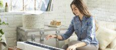 カシオのデジタルピアノ「Privia」を弾く女性1