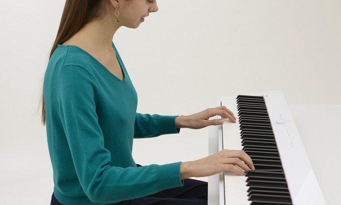 カシオのデジタルピアノ「Privia」を弾く女性2