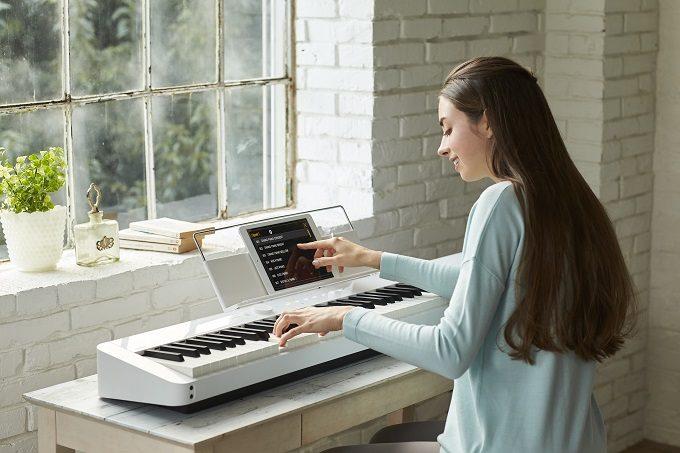 カシオのデジタルピアノ「Privia」を弾く女性3