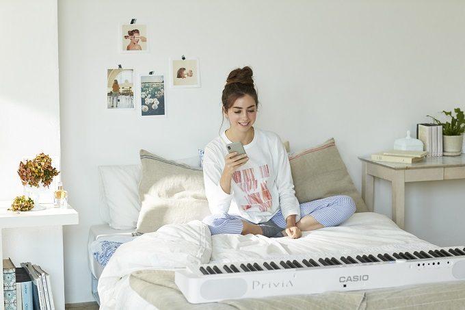 カシオのデジタルピアノ「Privia」を楽しむ女性