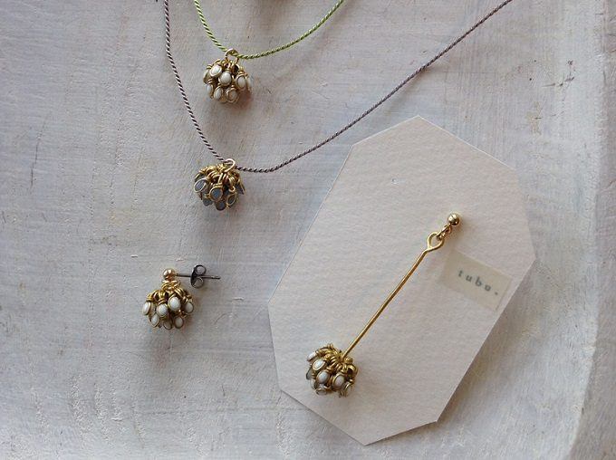 「glass accessory tubu」のガラスと金属を使った繊細なネックレスとピアス