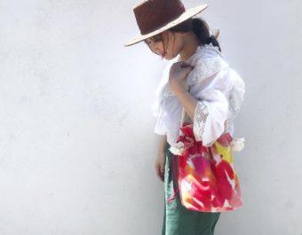 手染めならではの色の重なりが魅力。「HOLLY GRANT PATTERN」の巾着バッグ