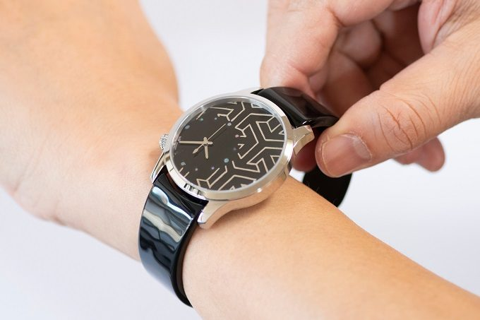 個性的で上品な「IGATTA COLLETTI(イガッタコレッティ)」の腕時計を装着する様子