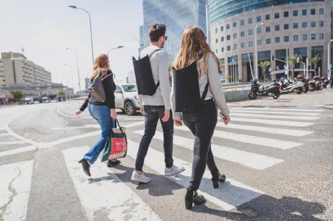 ノートパソコンの持ち歩きにおすすめのバックパック「LIO」を背負って歩く人1
