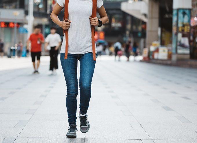 ウォーキングする女性の足元