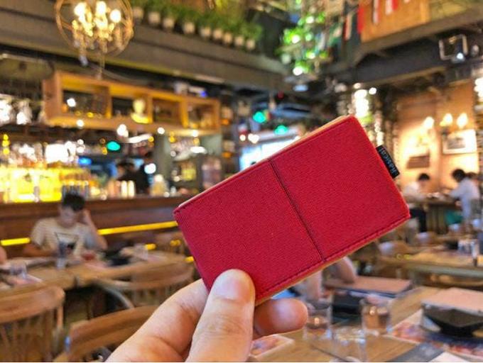 小さくて軽いのに容量たっぷりのミニ財布「ニルウォレット」、赤