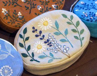 足踏みミシンで生み出される繊細な刺繍。春を感じる「nui+」のポーチ