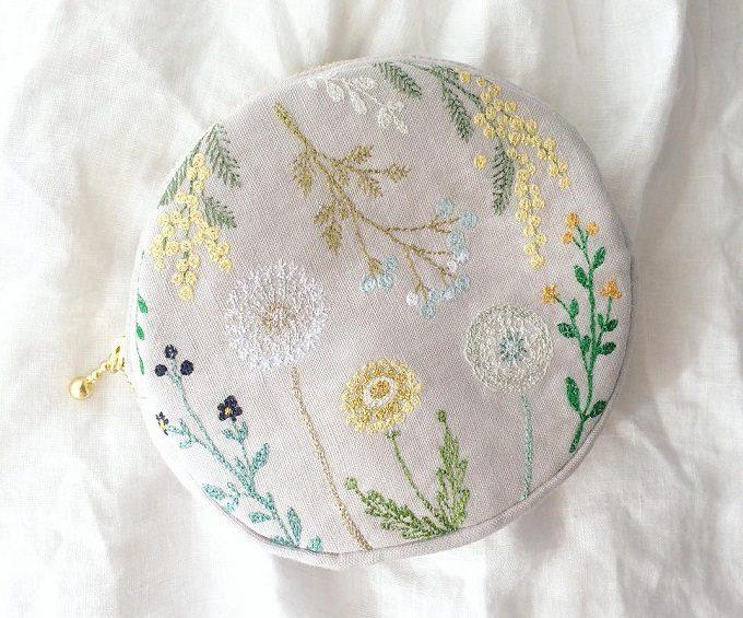 足踏みミシン刺繍が施された「nui+(ヌイ)」のポーチ「春風」